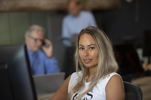 Medewerkers achter laptop